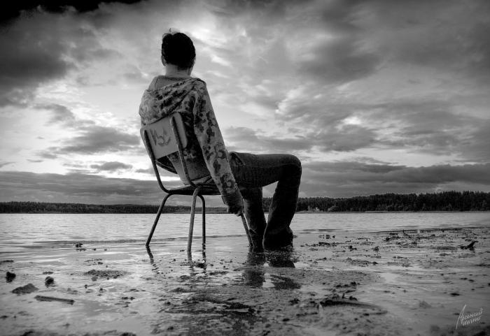 Парень, сидящий на стуле