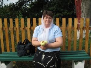 Мама с яблоком