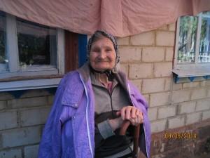 Бабушка возле хаты