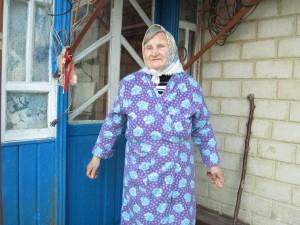Бабушка возле веранды
