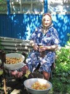 Бабушка во дворе